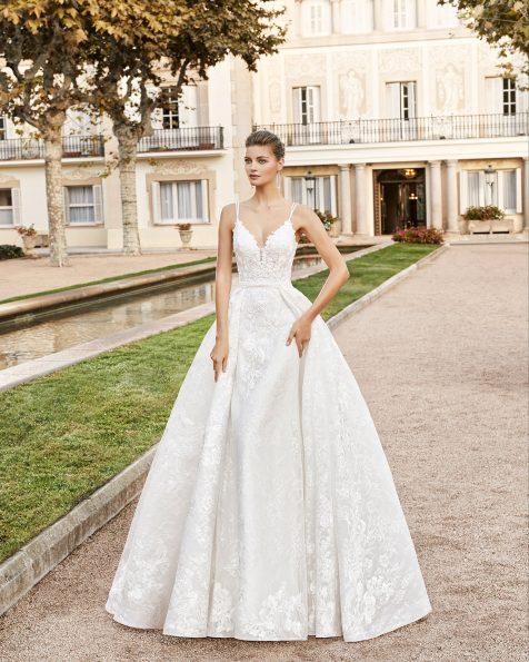 Vestido de novia estilo princesa de encaje y pedrería. Escote en V con tirantes y espalda escotada con tirantes cruzados. Colección MARTHA BLANC 2020.