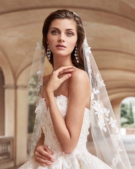 Vestido de novia de encaje y pedrería. Con escote corazón y falda de gran volumen. Disponible en color natural/champagne. Colección MARTHA BLANC 2020.