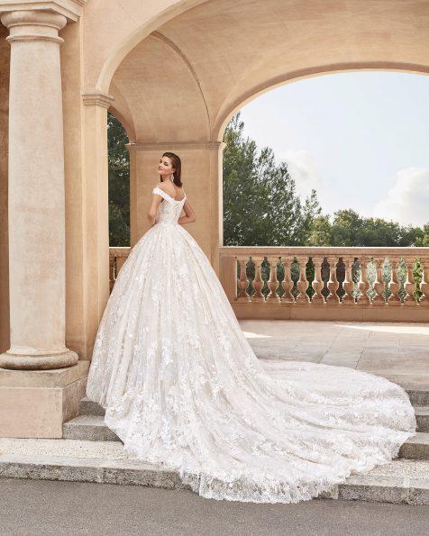 Vestido de novia estilo princesa de encaje y pedrería. Con escote envolvente y falda de gran volumen. Disponible en color natural/champagne. Colección MARTHA BLANC 2020.