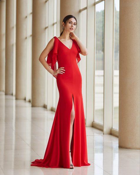 Festkleid aus elastischem Georgette. V-Ausschnitt und hinten verlängerte Glockenärmel. Kollektion ROSA CLARA COCKTAIL 2020.