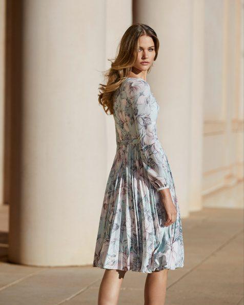 Vestido de fiesta en crespón. Escote barco con manga larga tipo globo. Con flor en el hombro y falda plisada. Colección ROSA CLARA COCKTAIL 2020.