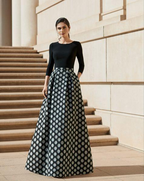 Festkleid aus Jacquard. Runder Ausschnitt und lange Ärmel. Blumenverzierung an der Schulter. Kollektion ROSA CLARA COCKTAIL 2020.