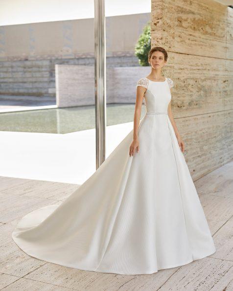 Vestido de noiva estilo clássico de alta costura em A de amalfi e brilhantes. Decote redondo e costas em V com bordado joia. Com bolsos e sobressaia de amalfi. Coleção ROSA CLARA COUTURE 2021.