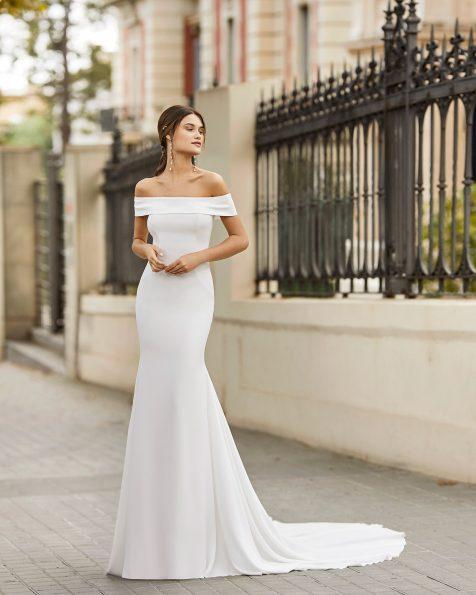 Vestido de noiva de corte reto de crepe elástico com decote bardot. Coleção ROSA CLARA 2021.