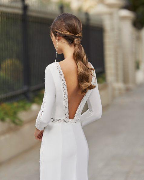 Vestit transparent de núvia tall recte de crepè elàstic i pedreria en cintura, escot i mànigues. Escot barca i esquena en V amb puntes amb pedreria. Col·lecció ROSA CLARA 2021.