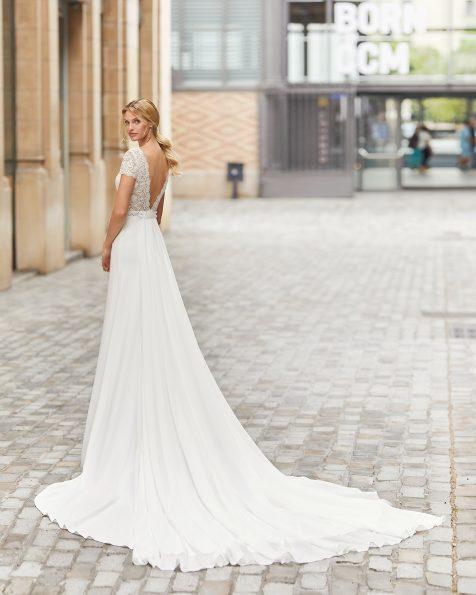Vestit de núvia amb sobrecua tall recte de crepè elàstic amb pedreria en cintura i en màniga curta. Escot barca i esquena en V amb blonda i pedreria. Col·lecció ROSA CLARA 2021.