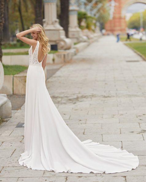 Schmales Brautkleid aus elastischem Crêpe und strassbesetzter Spitze. V-Ausschnitt und tief ausgeschnittener Rücken, ärmellos. Kollektion ROSA CLARA 2021.