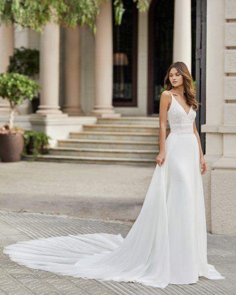 Vestit i sobrefaldilla de núvia tall recte de crepè elàstic i blonda pedreria en cos. Escot i esquena en V. Col·lecció ROSA CLARA 2021.