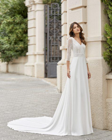 Vestit de núvia tall recte de crepè elàstic en faldilla i cos amb pedreria lineal i màniga 3/4. Escot i esquena en V. Col·lecció ROSA CLARA 2021.