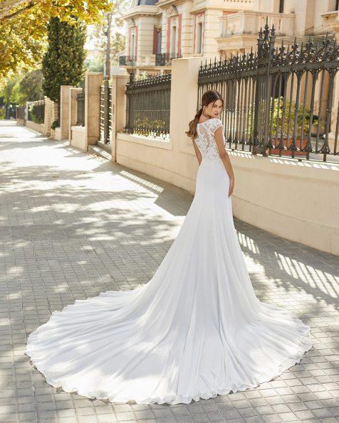 Vestit de núvia tall recte de georgette en faldilla i tul plumeti i blonda en cos. Escot barca i esquena de blonda i tul plumeti. Col·lecció ROSA CLARA 2021.