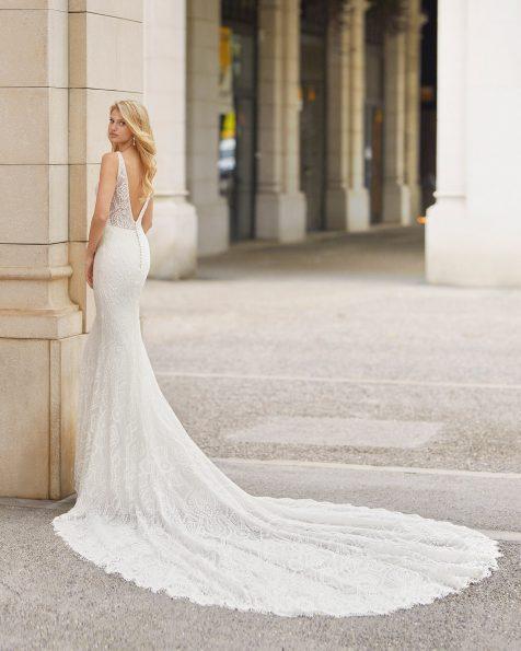 Meerjungfrau-Brautkleid aus Spitze mit Strassbesatz an Ausschnitt und Armausschnitt. Deep-Plunge-Ausschnitt und V-Rückenausschnitt. Kollektion ROSA CLARA 2021.