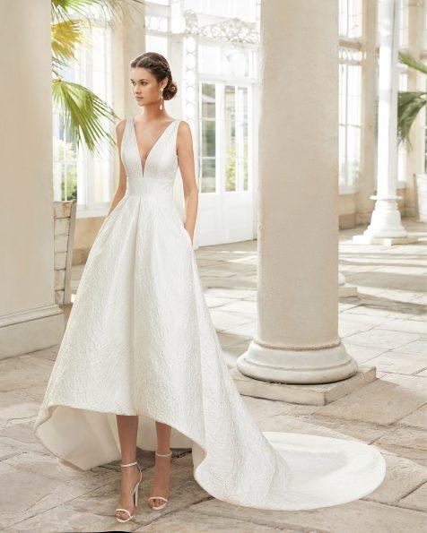 .2021 مجموعة فساتين ROSA CLARA فستان زفاف ذو تصميم كلاسيكي من القماش المزركش. ذو تقويرة كبيرة جداً وفتحة ظهر كبيرة. مع تنورة قصيرة من الأمام وطويلة من الخلف.