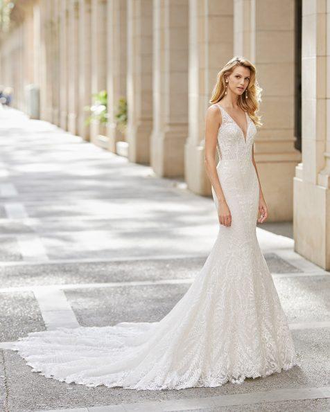 Vestido de novia corte sirena de encaje y pedrería en cuerpo, escote, sisa, tirantes y espalda. Escote en deep-plunge y espalda escotada. Colección ROSA CLARA 2021.