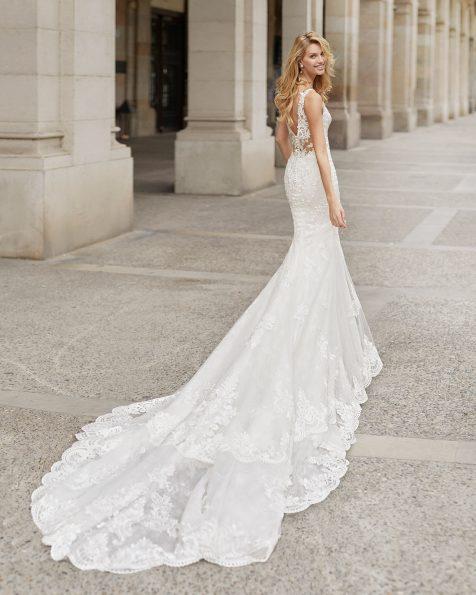 Vestido de novia corte sirena de encaje. Escote deep-plunge y espalda escotada. Colección ROSA CLARA 2021.