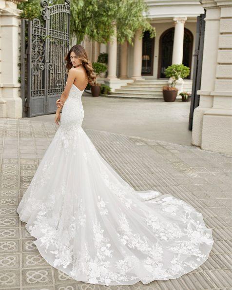 Robe de mariée coupe sirène en dentelle et tulle. Bustier et dos nu. Collection ROSA CLARA 2021.