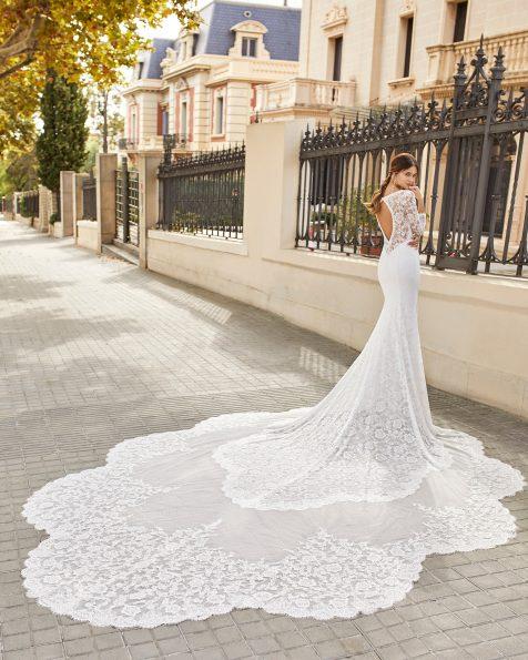 Meerjungfrau-Brautkleid aus Spitze mit Strassbesatz, Deep-Plunge-Ausschnitt, rundem Cut-out am Rücken und Kathedralenschleppe. Kollektion ROSA CLARA 2021.