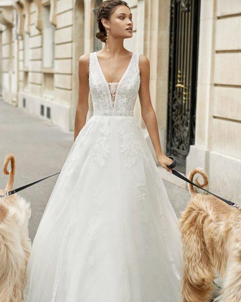 Vestido de novia estilo princesa de tul y encaje pedrería en cuerpo, escote y cintura. Escote y espalda transparente con aplicaciones. Colección ROSA CLARA 2021.
