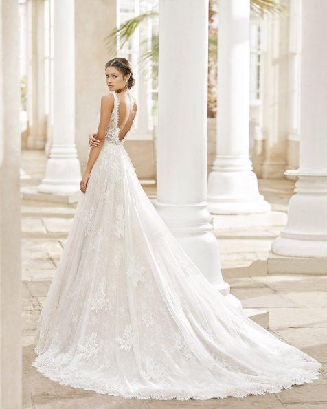 Vestido de noiva estilo princesa de tule, renda e brilhantes no cós e no corpo. Decote deep-plunge e decote nas costas em V. Coleção ROSA CLARA 2021.