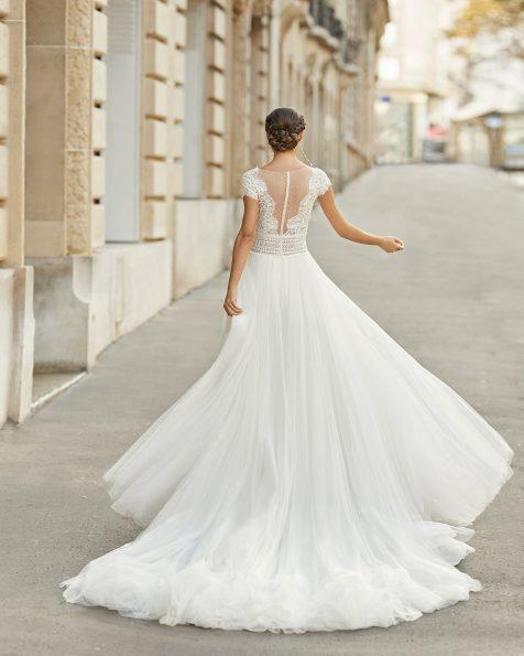 Vestido de novia estilo princesa de tul y encaje pedrería en cuerpo y cinturilla. Escote en V y espalda con tul plumeti y encaje. Colección ROSA CLARA 2021.