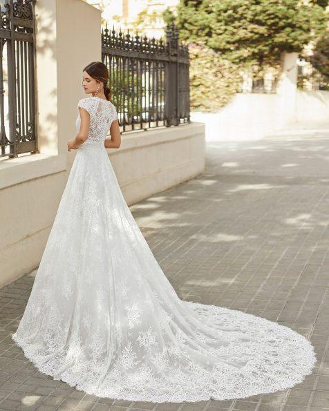 Vestit de núvia estil línia A de tul i blonda pedreria. Escot en V i esquena de tul amb blonda i màniga curta. Col·lecció ROSA CLARA 2021.