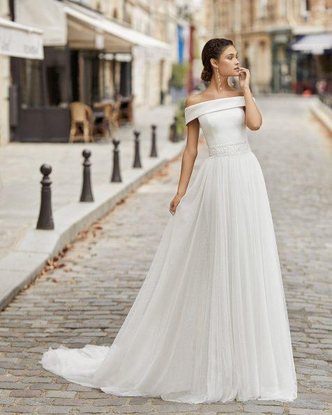 Vestit de núvia estil línia A de tul plumeti amb pedreria en cinturilla. Escot embolcallant. Col·lecció ROSA CLARA 2021.