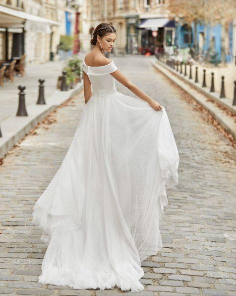 A-Linien-Brautkleid aus Tupfentüll mit strassbesetztem Taillenband. Carmen-Ausschnitt. Kollektion ROSA CLARA 2021.