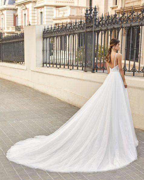Vestido de noiva estilo princesa de tule plumeti e renda com brilhantes no cós e no corpo. Decote em V e costas decotadas com alças. Coleção ROSA CLARA 2021.