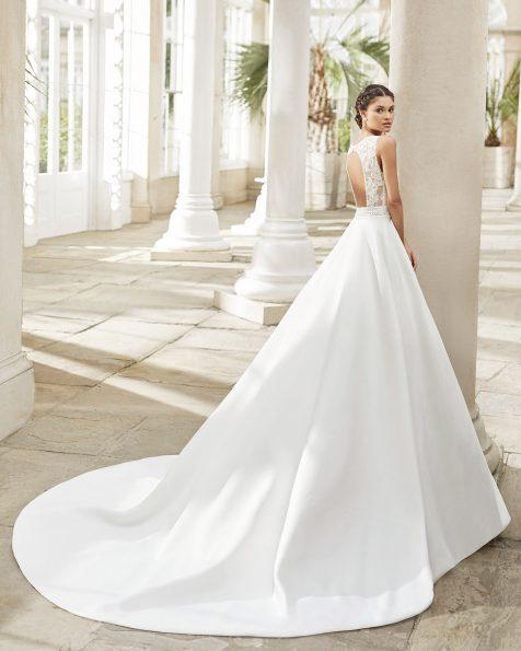 Vestit de núvia estil clàssic de ras i blonda. Escot barca i esquena amb obertura rodona a l'esquena. Col·lecció ROSA CLARA 2021.