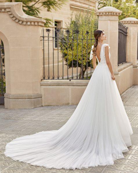 Vestido de noiva estilo princesa em tule plumeti e renda de brilhantes na cintura, decote e cava. Decote e costas em V com laçarotes curtos de tule plumeti nos ombros. Coleção ROSA CLARA 2021.