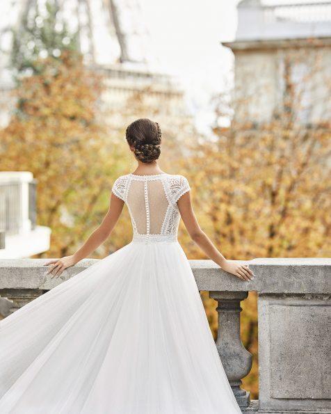 Vestido de novia estilo princesa de tul plumeti con encaje. Escote en V y espalda en tul plumeti transparente con manga corta. Colección ROSA CLARA 2021.