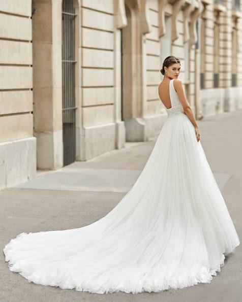 Vestido de novia estilo princesa de tul plumeti con encaje y pedrería. Escote en V y espalda escotada. Colección ROSA CLARA 2021.