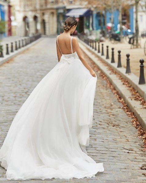 Abito da sposa stile principessa in tulle liscio, pizzo e strass sul corpetto con scollo a barchetta e schiena scollata con fiocco di organza. Collezione ROSA CLARA 2021.