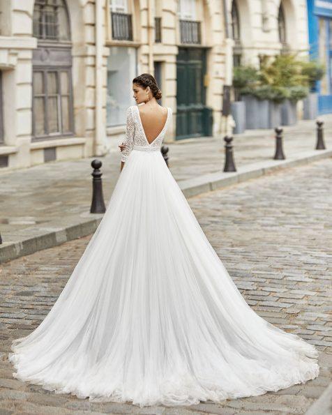 Vestido de novia estilo princesa de tul suave en falda y cuerpo de encaje y pedrería con manga 3/4. Escote barco y espalda en V. Colección ROSA CLARA 2021.