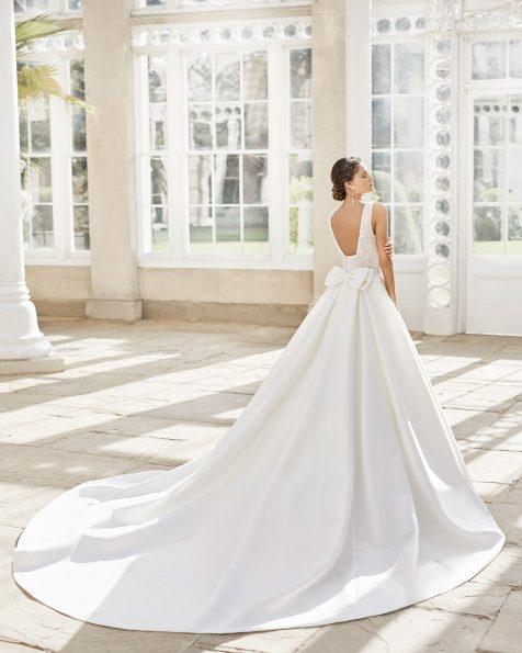 Vestido de novia estilo clásico en siena y encaje pedrería. Escote deep-plunge y espalda escotada redonda con lazo. Colección ROSA CLARA 2021.