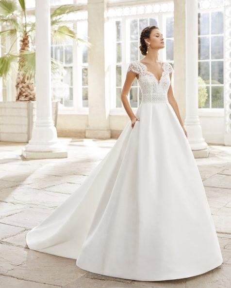 Vestit i sobrecua de núvia estil clàssic en sienna blonda i pedreria. Escot il·lusió en V i esquena de tul plumeti amb blonda i màniga curta. Col·lecció ROSA CLARA 2021.