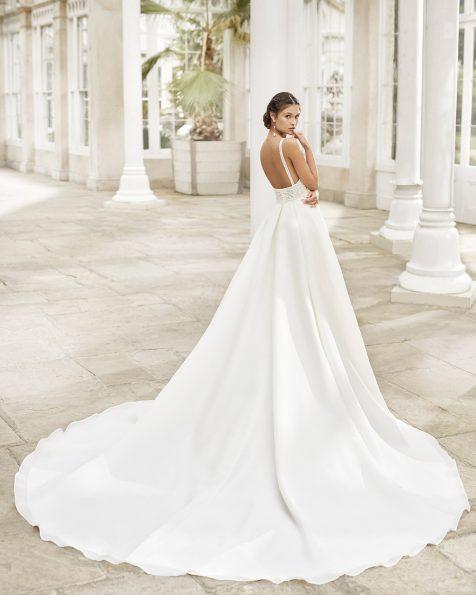 .2021 مجموعة فساتين ROSA CLARA فستان زفاف ذو تصميم كلاسيكي من الغازار والدانتيل مع زينة بالخرز على الصدّار. ذو تقويرة عريضة فوق بطانة رومنسية وفتحة ظهر كبيرة مع حمّالات للكتف.
