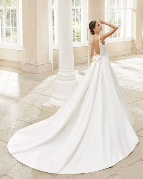 Vestido de novia estilo clásico en raso imperial con encaje y pedrería en la cinturilla, escote y sisa. Escote en V y espalda abierta con lazo. Colección ROSA CLARA 2021.