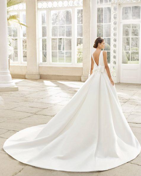 Vestit i sobrecua de núvia estil clàssic en sienna i blonda a la cintura amb pedreria. Escot i esquena en V amb llaç. Col·lecció ROSA CLARA 2021.