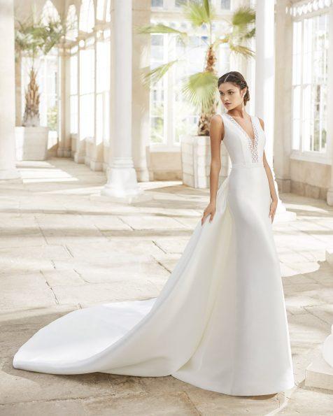Vestido y sobre cola de novia estilo clásico en siena y pedrería en escote y cintura. Escote y espalda en V con puntilla y pedrería. Colección ROSA CLARA 2021.