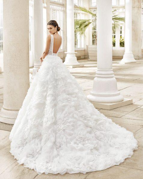 Robe de mariée style princesse en organza fantaisie avec dentelle et pierreries. Décolleté en V et dos nu. Collection ROSA CLARA 2021.