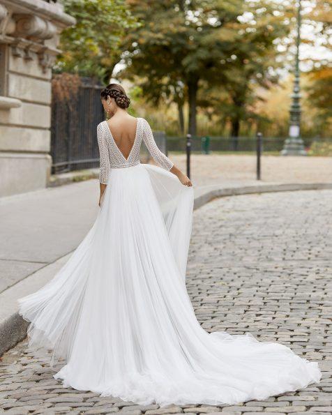 Vestido de novia estilo princesa de tul encaje y pedrería lineal en cuerpo y manga 3/4. Escote barco y espalda en V. Colección ROSA CLARA 2021.