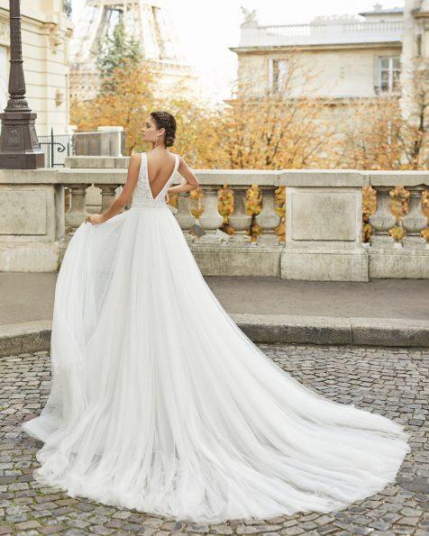 Vestido de novia estilo princesa de tul suave con encaje. Escote y espalda en V con flor en la espalda. Colección ROSA CLARA 2021.