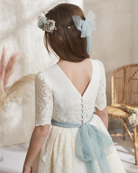 Vestido de primeira comunhão estilo romântico de tule bordado/rústico. Decote redondo, costas em bico e manga curta. Com flores na cintura e faixa com laço nas costas de tule. Coleção ROSA CLARA FIRST 2021.