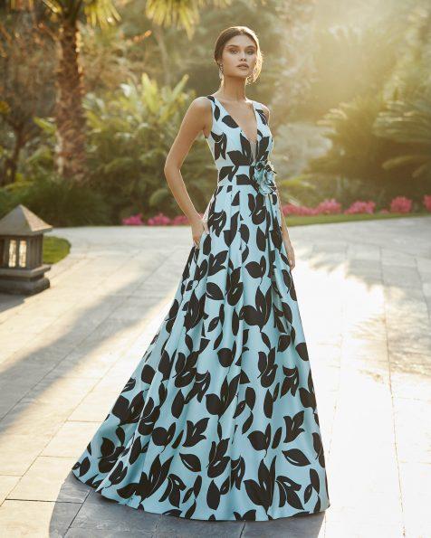 Vestido de festa em cetim. Decote deep-plunge e costas decotadas. Com flor na cintura. Coleção ROSA CLARA COCKTAIL 2021.