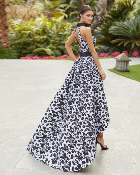 Vestido de fiesta en brocado. Escote halter y espalda con abertura. Abertura lateral en falda. Colección ROSA CLARA COCKTAIL 2021.