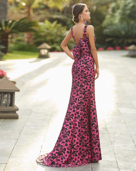 Vestido de festa em cetim. Decote deep-plunge e costas decotadas com laço. Coleção ROSA CLARA COCKTAIL 2021.