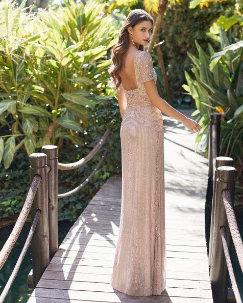 Vestido de fiesta de pedrería. Escote en V y flecos de pedrería en falda. Vestido corto. Colección ROSA CLARA COCKTAIL 2021.