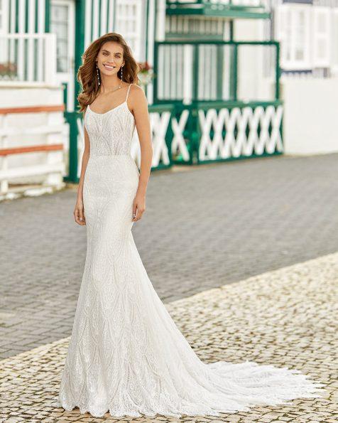 Vestido de noiva estilo sereia de renda. Decote baixo arredondado com uma linha fina de brilhantes, alças e cavas com brilhantes, costas decotadas com linha de brilhantes. Coleção ROSA CLARA SOFT 2021.