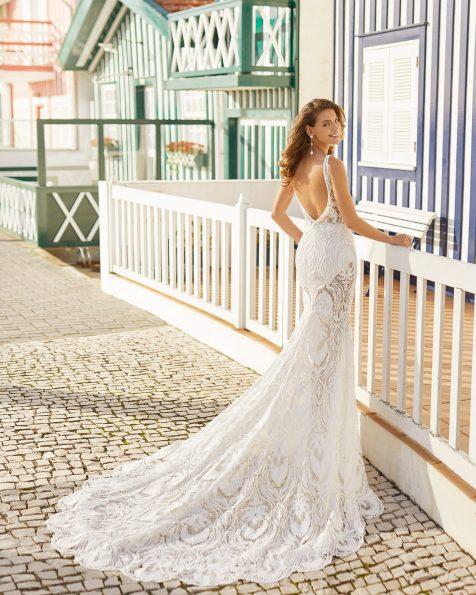 Vestido de noiva estilo sereia de renda, com calções interiores e saia interior forrada removível. Decote em V profundo com linha de brilhantes, alças finas e costas abertas com brilhantes. Coleção ROSA CLARA SOFT 2021.