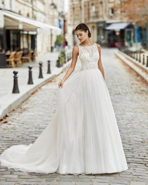 Vestido de noiva estilo princesa de tule liso, renda e brilhantes no corpo com decote à barco e costas decotadas com laço de organza. Coleção ROSA CLARA 2021.